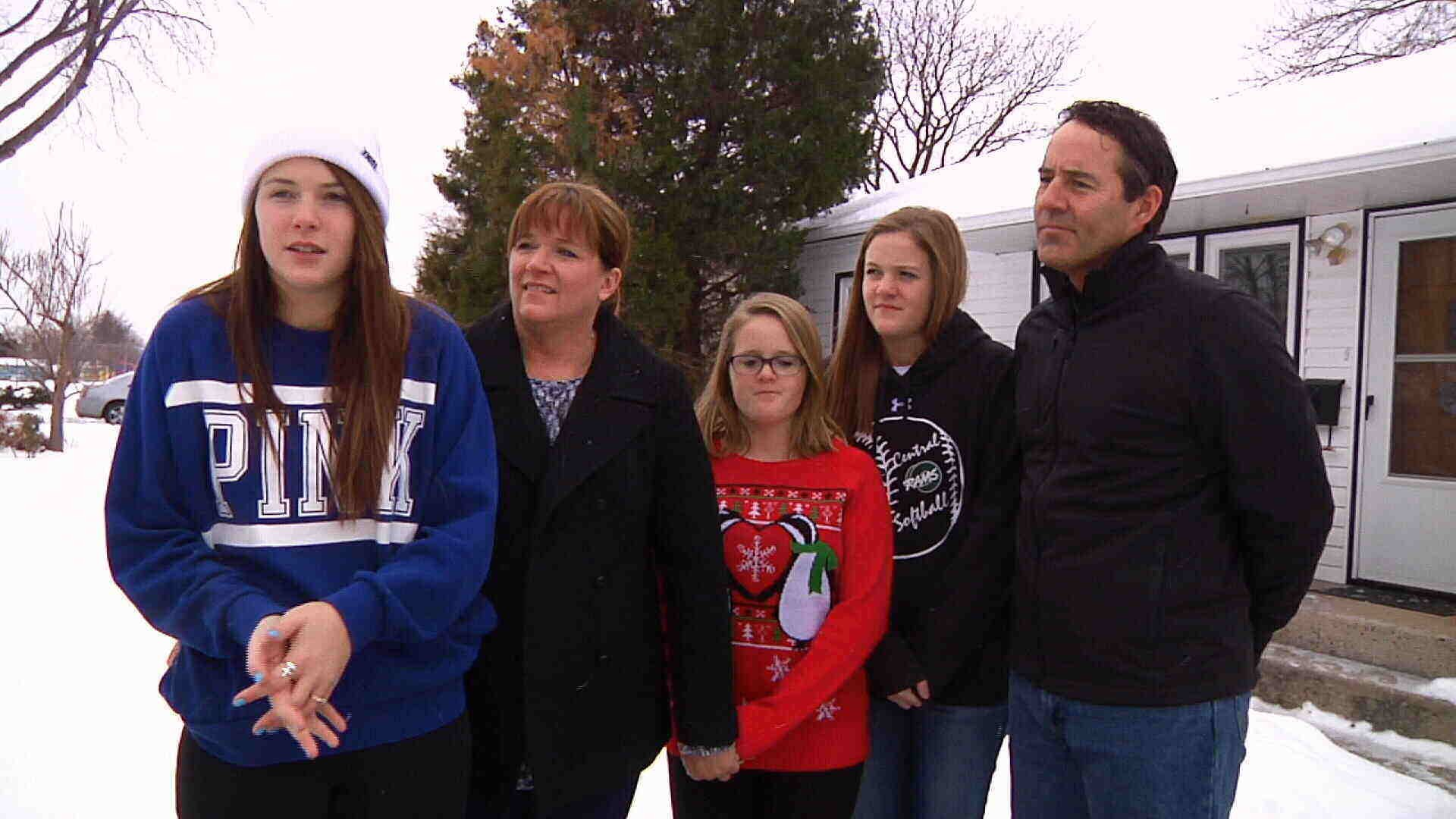 Rockwell Family (from left: Alexa, Marlo, Macy, Skylar, Coleman), MRM Christmas meal delivery volunteers (MTN News photo)